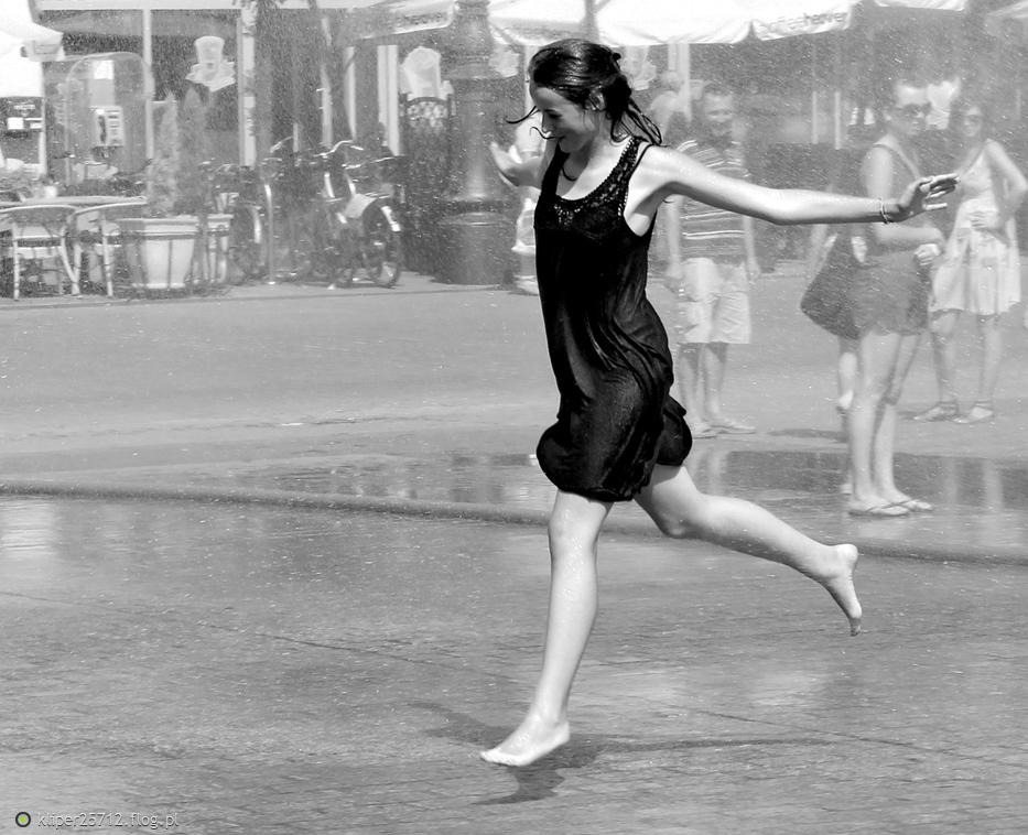 Kraków street photo...dziewczyna w mokrej sukience