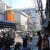 Bangkok II :: ulice Bangkokuna chodnika<br />ch ciasno, wszedzie strag<br />any z jedzeniem i ubrania<br />mi a na jezdnie lepiej ni
